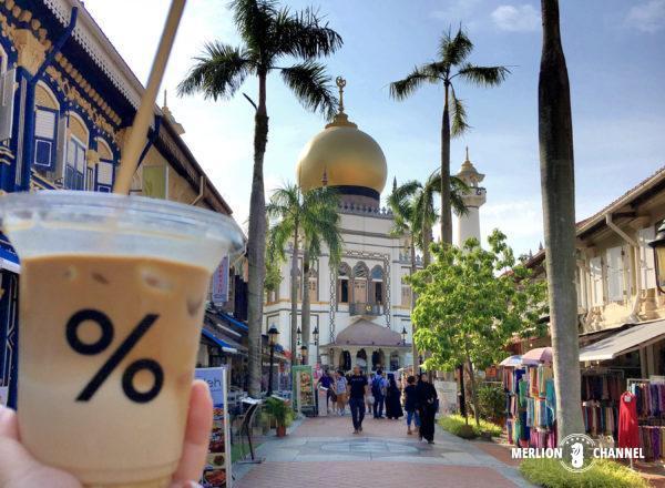 「% Arabica」のサルタンモスクを背景にパチリ