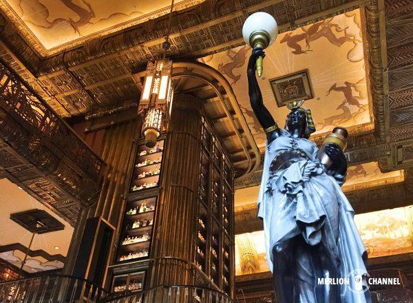 Atlasの入り口にあるエジプト風の彫像