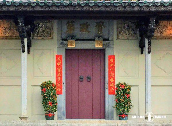 旧正月の飾り付けがされた門構え