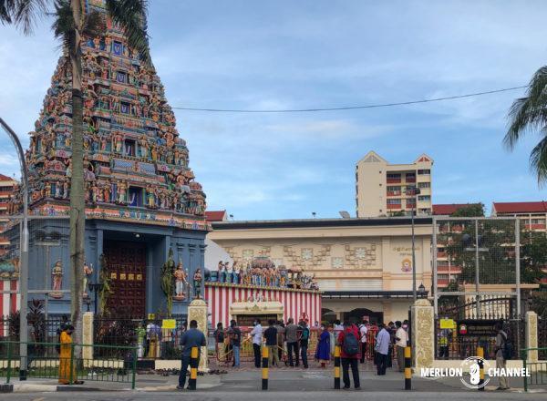 ディパバリ当日、早朝から大勢の人がお参りに訪れるヒンドゥー寺院