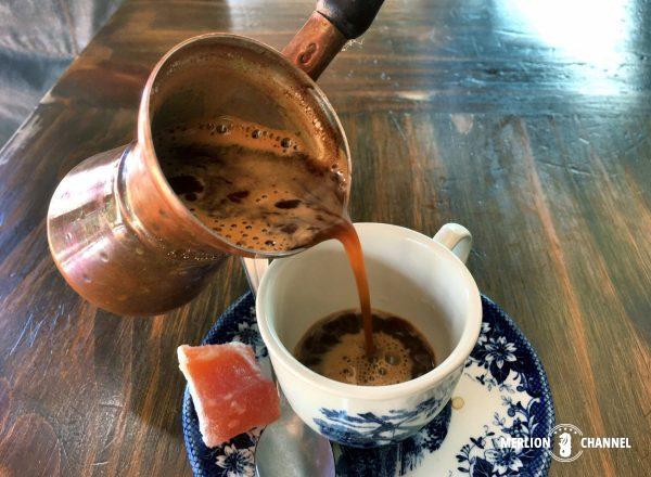ジェズベ(イブリック)から注がれるグリークコーヒー