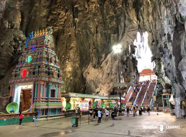 「バトゥ洞窟」上部洞窟内にあるヒンドゥー寺院と大空間