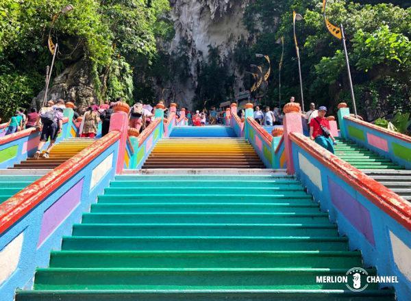 「バトゥ洞窟」正面の大階段は272段