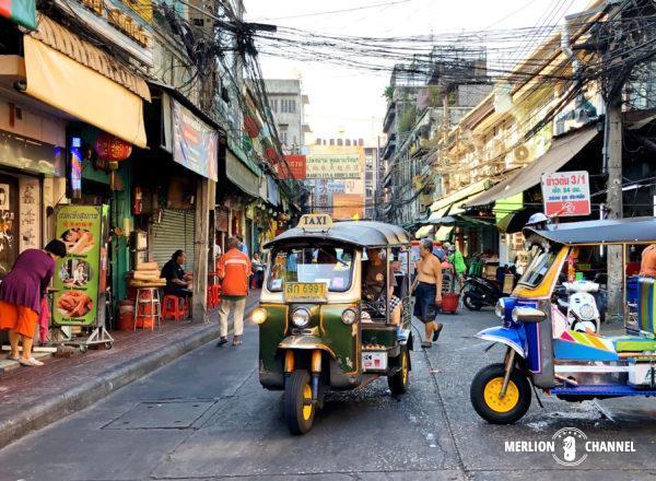 バンコクの路地裏を駆け抜けるトゥクトゥク