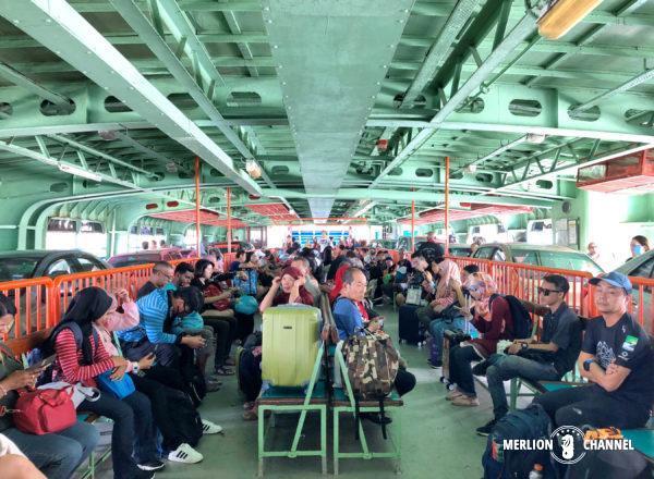 ペナン島行きフェリーの船内
