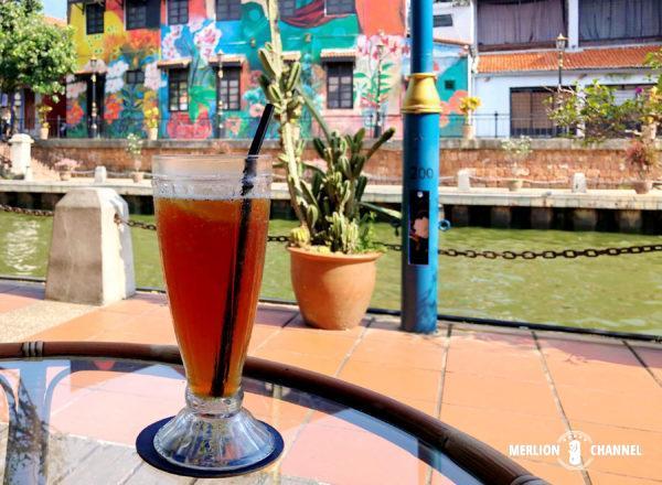 マラッカ川に面するカフェで休憩
