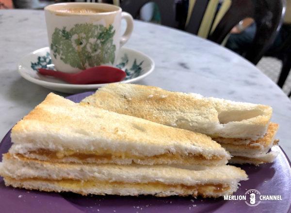 「新源隆茶室」のカヤトーストとホワイトコーヒー