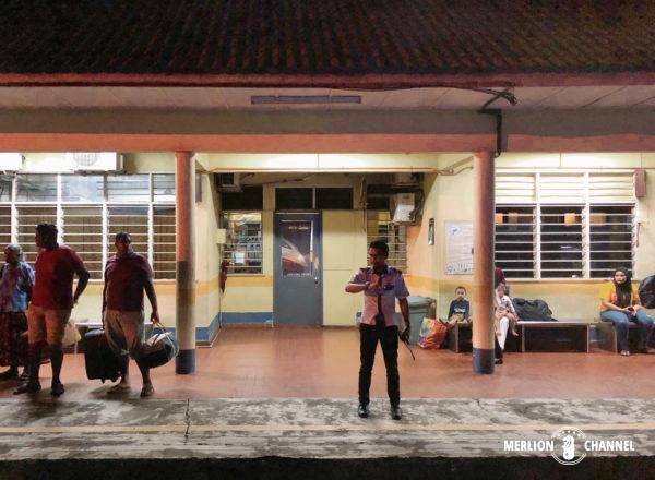 日没後のマレー鉄道のローカル駅