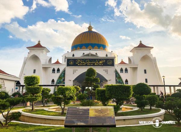 海辺に浮かぶ「マラッカ海峡モスク(Melaka Straits Mosque)」