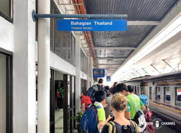 パダンブサール駅でのタイ出国審査の行列