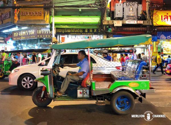 バンコクの街を走るトゥクトゥク