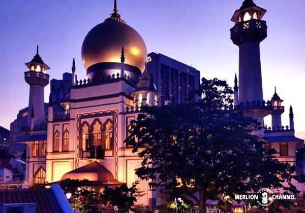 夕闇に浮かぶモスク