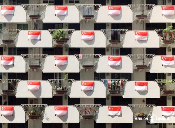 HDBのバルコニーに掲げられたシンガポール国旗