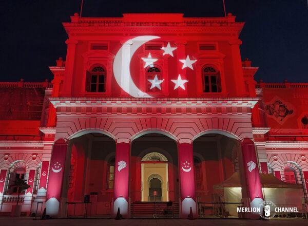 ナショナルデーのライトアップがされたシンガポール国立博物館