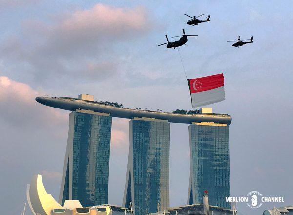 ナショナルデーのシンガポール国旗飛行