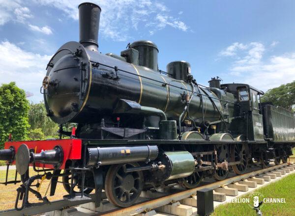 「オリエント急行展」の会場前で展示されている機関車