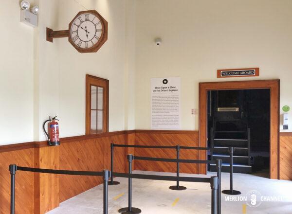 「オリエント急行展」待合室を模した入場口