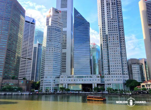 高層ビルを背景にシンガポールリバーを行き交う観光船