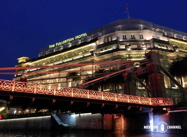 シンガポール・リバークルーズでフラトンホテルを通過