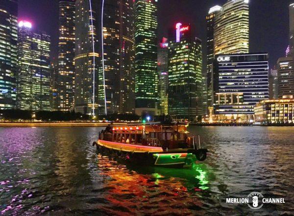 金融街の摩天楼に向かって進むシンガポール・リバークルーズ