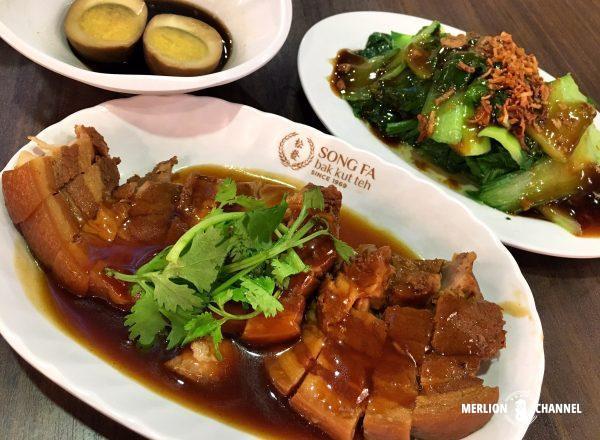 シンガポールの有名店「松發肉骨茶(ソンファバクテー)」のポークベリーとベジ