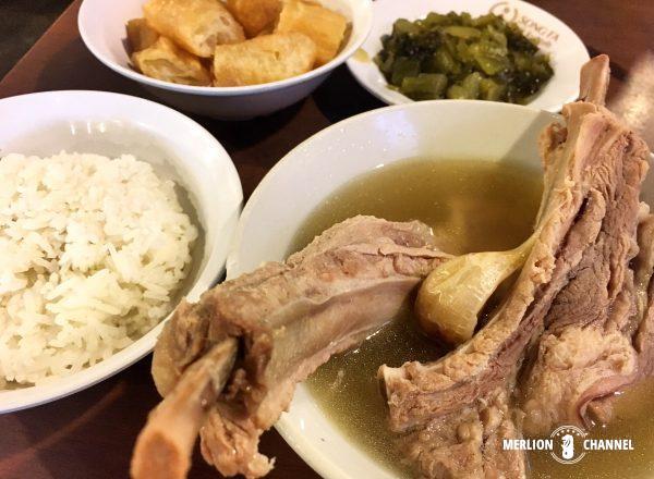 シンガポールの有名店「松發肉骨茶(ソンファバクテー)」のプレミアム・リブ・スープ