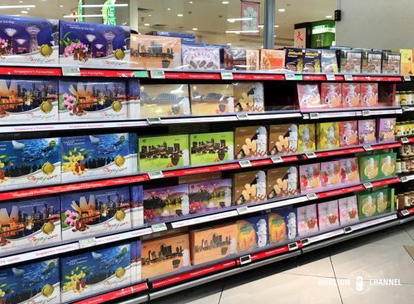 スーパーのシンガポール土産のコーナー