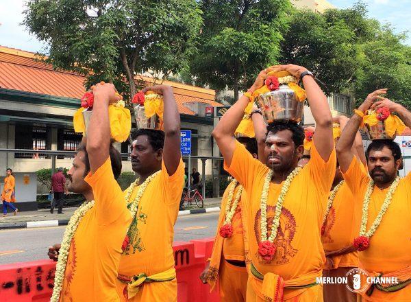 ヒンドゥー教では聖なる色とされるサフラン色を纏った信者たち