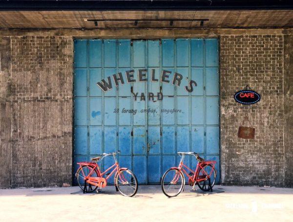 Wheeler's Yardのブルーの鉄扉