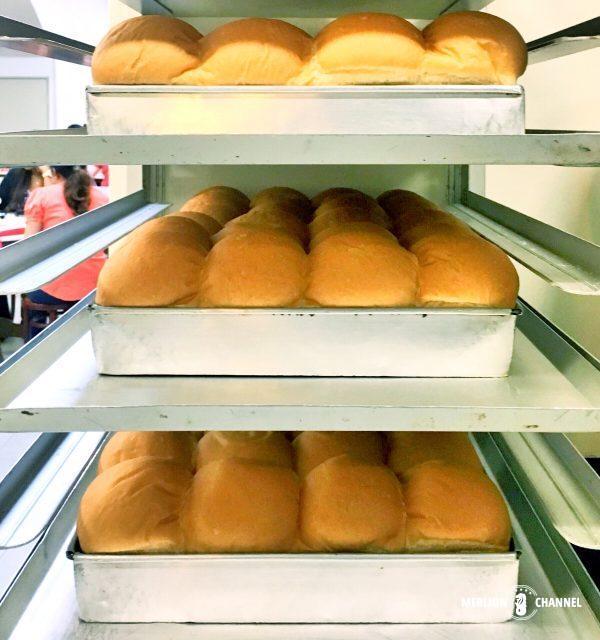 焼きたてのパンが並びます